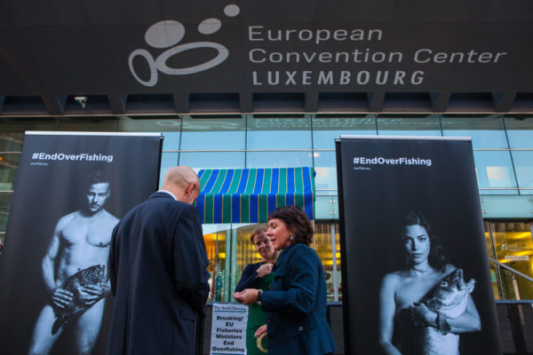 Our Fish Fishmonger offers chocolate herring and satirical newspaper The Daily Catch to delegates attending AGRIFISH meeting in Luxembourg, 15 October 2018, where EU fisheries ministers will decide on Baltic fishing quotas for 2018. Our Fish is calling on EU governments to fulfill their commitment to end overfishing and the discarding of fish in EU waters. The fishmonger stand was accompanied by pictures of German and Danish actors from the Fishlove campaign.